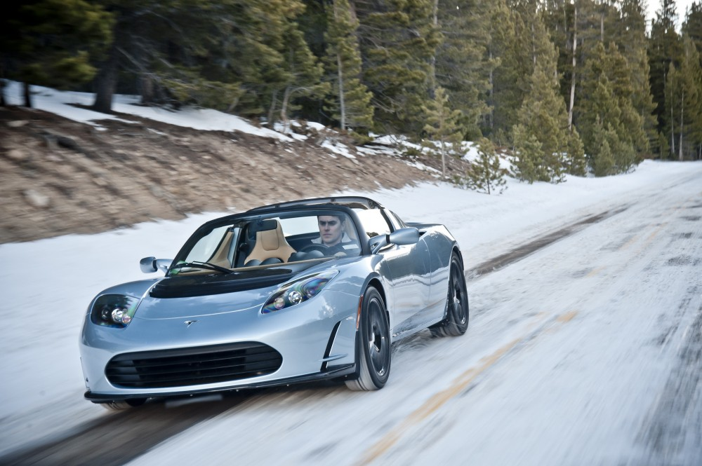 photo une tesla roadster grise sur la neige. Black Bedroom Furniture Sets. Home Design Ideas