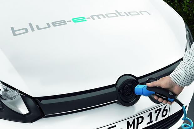 Recharge de la Golf Blue-e-motion par l'avant.