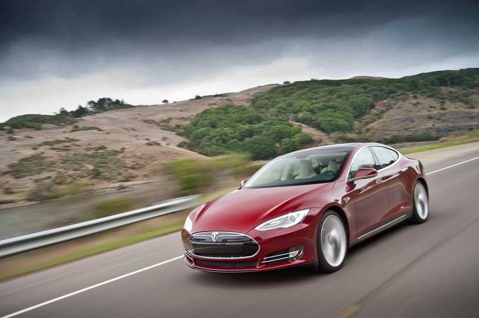 photo l 39 avant d 39 une tesla model s en rouge. Black Bedroom Furniture Sets. Home Design Ideas