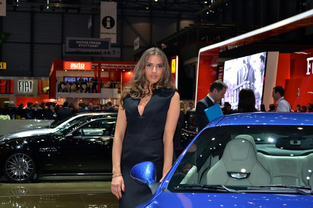 Photo une h tesse pr s du stand ferrari au salon de gen ve for Salon de prostitution geneve