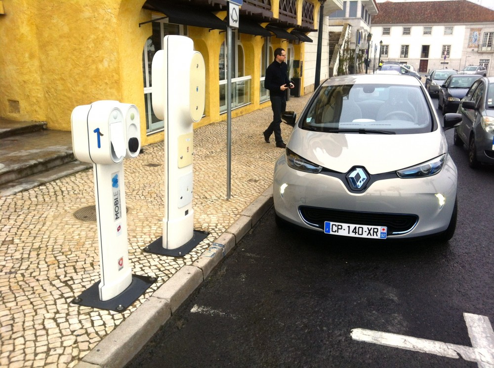 photo la renault zoe sur une borne de recharge au portugal. Black Bedroom Furniture Sets. Home Design Ideas