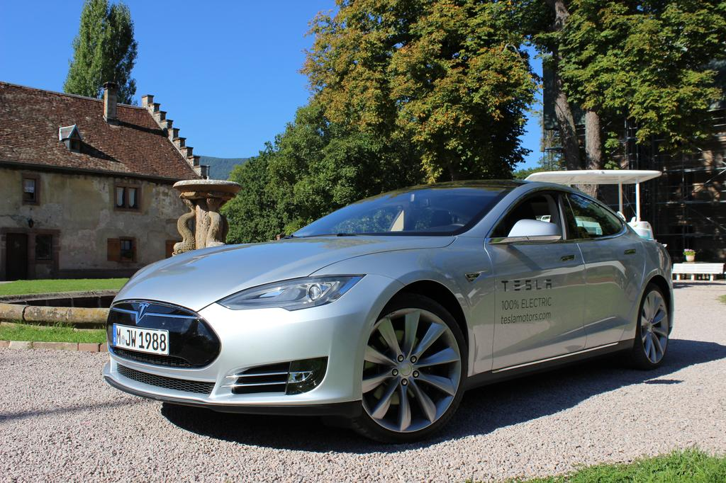 photo l 39 avant plongeant de la tesla model s. Black Bedroom Furniture Sets. Home Design Ideas