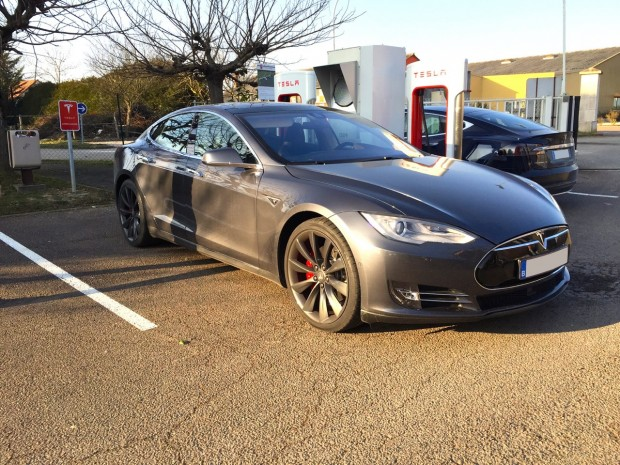 Tesla Model S en charge à Nuit-Saint-Georges