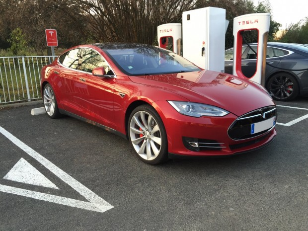 Tesla Model S rouge au supercharger de Mâcon