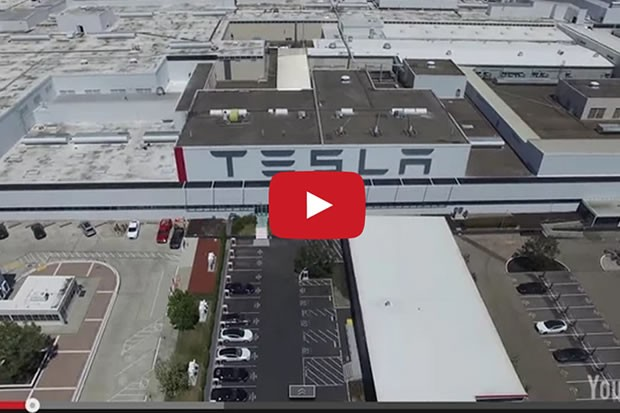 superbe vid o de l usine tesla de fremont depuis un drone. Black Bedroom Furniture Sets. Home Design Ideas