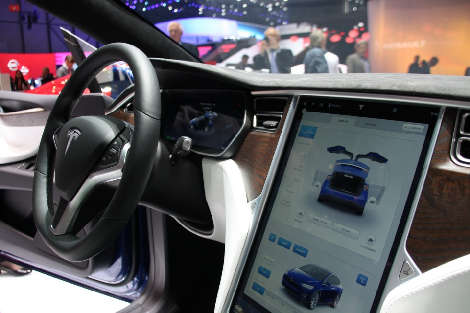 Photo l 39 int rieur du model x n 39 est pas sans rappeler la for Interieur tesla model s