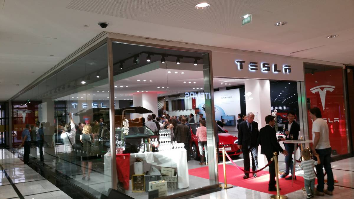 tesla inauguration du showroom de parly 2 et entretien avec olivier loedel. Black Bedroom Furniture Sets. Home Design Ideas