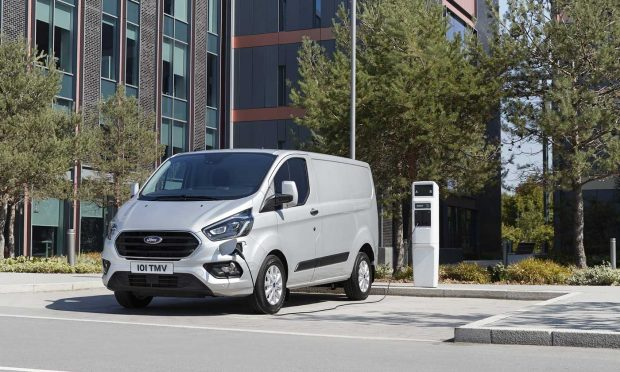 Ford Transit PHEV: l'utilitaire hybride rechargeable annonce ses tarifs